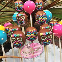 Check out Our Tiki Mask cake pops, I love the colors! Moana Birthday Party, Hawaiian Birthday, Moana Party, Luau Birthday, Hawaiian Luau, Birthday Parties, Hawaiian Theme, Hawaiian Cake Pops, Luau Cake Pops