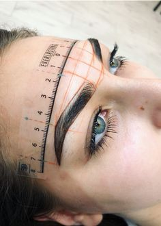 7 Things You Must Know If You're Going For Microblading. Aren't you tired of spending so much time trying to make your eyebrows look perfect? Microblading claims to be the perfect semi-permanent method to achieve this without having to spend so much time Mircoblading Eyebrows, Tweezing Eyebrows, How To Draw Eyebrows, Eyeliner, Sparse Eyebrows, Tattooed Eyebrows, Blonde Eyebrows, Arched Eyebrows, Makeup Ideas