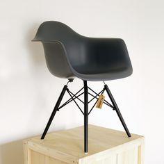 Eames Replica DAW Antraciet Special edition de afkorting voor de strak vormgegeven 'Dining height Arm chair Wood'. Het is een bekend ontwerp van Charles and Ray Eames. De zitting van deze stoel bestaat uit een comfortabele kunststof schaal waarbij de bovenste rondingen armsteunen vormen. Het onderstel bestaat uit vier poten van esdoornhout en ...