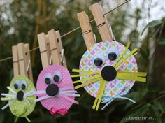 Lapins-pincettes! www.pinterest.com/fleurysylvie et www.toutpetitrien.ch #bricolage #paques #enfants