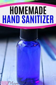 Would you like an all-natural hand sanitizer homemade recipe that you can whip up in minutes? Here you go…you'll need just five ingredients (carrier oil, witch hazel, water, Thieves essential oil… Essential Oil Bug Spray, Thieves Essential Oil, My Essential Oils, Young Living Essential Oils, Essential Oil Blends, Home Made Hand Sanitizer, Natural Hand Sanitizer, Homemade Beauty Products, Diy Cleaning Products