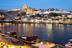 Logement entier à Porto, PT. Idéalement situé dans le centre historique de Porto, balcon donnant directement sur le fleuve Douro. Propriété dans la zone classée patrimoine mondial par UNESCO.  En face: fleuve Douro,  caves à vin de Porto.