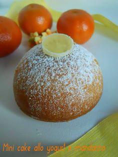 Cosa c'è di meglio di una soffice tortina fatta in casa? Per realizzarla mi sono ispirata alla torta sette vasetti:mini cake allo yogurt e mandarino.
