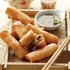 crispy spring rolls Each portion contains: 505 kcal 10 g protein 2 g fat of which 1 g saturated 15 g carbohydrates 1 g fibre Cheat Meal, Chef Recipes, Cooking Recipes, Easy Recipes, Recipies, Philips Air Fryer, Fingers Food, Fried Spring Rolls, Actifry Recipes