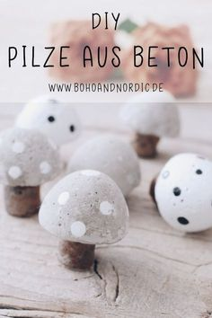 DIY Pilze aus Beton – Kreative und einfache Bastelidee mit Beton DIY mushrooms made of concrete – make decoration mushrooms yourself. Tinker with concrete. Sweet mushrooms just made by yourself. Autumn decoration to make yourself. Sell Diy, Diy Crafts To Sell, Diy Crafts For Kids, Easy Crafts, Easy Diy, Rock Crafts, Homemade Crafts, Diy Simple, Cement Crafts