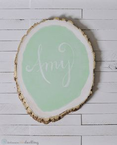 Pin for Later: How to Create Your Own Tree Stump Chalkboard I found an easy fix. I turned the tree stump over (so as to not paint the chalkboard portion) and spray-painted the edge with gold. Do It Yourself Inspiration, Simple Tree, Diy Mothers Day Gifts, Chalkboard Paint, Chalkboard Ideas, Chalk Paint, Mother's Day Diy, Diy Desk, Creative Home