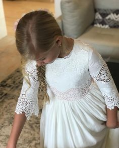 La imagen puede contener: una o varias personas Girls Communion Dresses, Girls Dresses, Flower Girl Dresses, Première Communion, First Communion, Prom Party Dresses, Wedding Dresses, Lovely Dresses, Kids Fashion