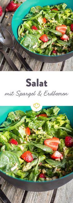 Erdbeeren und karamellisierte Mandeln – klingt nach einem Dessert. Sind aber Zutaten für einen herrlich erfrischenden Salat für schöne Grillabende.