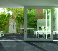 Since porcelain is suitable for both indoor and outdoor applications, it can be used to create a smooth transition between interior and exterior spaces.