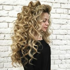 Long Wavy Hair, Big Hair, Wig Styles, Curly Hair Styles, Eyebrow Styles, Beautiful Blonde Hair, Crimped Hair, Colored Curly Hair, Special Occasion Hairstyles