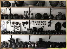 Una de las paredes de su tienda de artesanías de Barro Negro. Creado por Magali Guadalupe Pedro Gonzalez de Artesanias Simon.   Mercado de Artesanias, San Bartolo Coyotepec, Oaxaca, México.  Foto por Rebecca Bewick, Febrero 2015. //