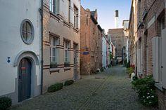 Groot begijnhof Mechelen Als je hier rondloopt weet je soms niet goed waar de grens van dit begijnhof loopt. De site is namelijk niet ommuurd zoals bij de andere begijnhoven. Het bestaat uit enkele gezellige pittoreske steegjes en ligt bovendien pal naar een bijzondere brouwerij.