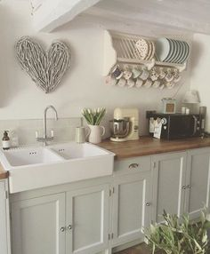 735 FARMHOUSE KITCHEN Farmhouse kitchen decor is a style that is influenced by rustic chic trends. The gave rise to trends associated with contemporary home decor. The country chic style of furniture is very popular today. Kitchen Rack, New Kitchen, Kitchen Cabinets, Wall Cupboards, Kitchen Unit, Kitchen Counters, Cabinet Doors, Kitchen Storage, Cocina Shabby Chic