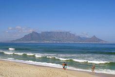 Het beroemde uitzicht van Blouberg Strand op Kaapstad en de Tafelberg.