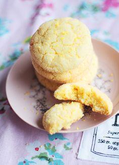 """Sitkeät sitruunakeksit. """"Rakastan sitruunaa leivonnassa, ja varsinkin sitruunankuori saa aikaan aivan ihanan tuoksun ja maun pieninäkin määrinä käytettynä."""""""
