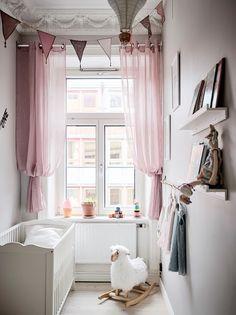 pokój dziewczynki | różowe zasłony + białe łóżeczko