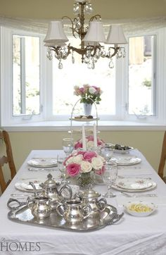 How to Set a Beautiful Table on Mother's Day: Romantic Decor Romantic Table, Romantic Shabby Chic, Romantic Cottage, Romantic Homes, Cottage Chic, Tea Table Settings, Setting Table, Afternoon Tea Table Setting, Table Centerpieces