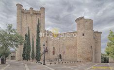 Castillo de Torija, una de las fortalezas medievales más emblemáticas de la provincia de Guadalajara. En él sobresale su imponente torre del homenaje, levantada con la singular piedra caliza de La Alcarria #castillos #torija #arteviajero #alcarria #guadalajara
