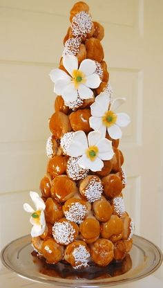 An excellent tutorial for croquembouche. Made a great Christmas dessert (decorated with fresh cranberries) christmas desserts creative Eclairs, Beautiful Cakes, Amazing Cakes, Croquembouche Recipe, French Wedding Cakes, Choux Pastry, Dessert Decoration, French Pastries, Christmas Desserts