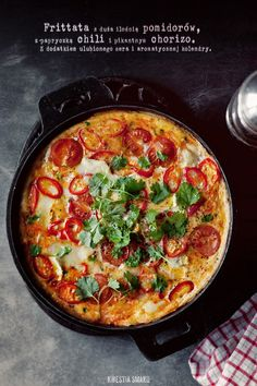 Frittata z chorizo, pomidorami i chili