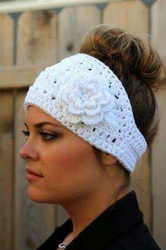 Banda para el cabello a ganchillo con flor.