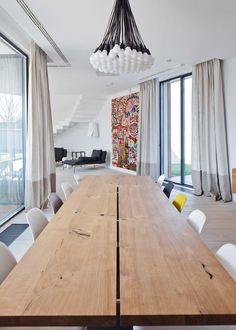 foorni.pl | Nowoczesny dom w Rumunii, drewniany stół w jadalni