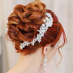 You will fall in love with all the sparkle of this crystal and rhinestone bridal hair comb! A beautiful design of rhinestone covered leaves and a central flower with larger round and teardrop rhinesto