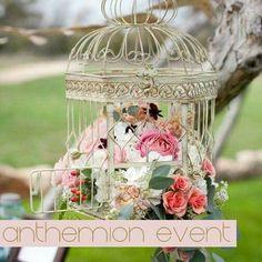 Το πιο αγαπημένο αντικείμενο στον στολισμό γάμου είναι τα μεταλλικά κλουβιά! Ταιριάζουν πολύ σε κάθε στυλ γάμου, ειδικά στους γάμους σε παρεκκλήσια! Καλέστε μας για τις προτάσεις μας στο 2105313623! #klouvi #diakosmisi_gamos #anthemio www.anthemion-wedding.gr/el/vintage-stolismos-gamoy/vintage-deskiosi