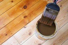 Si nos encontramos ante una pieza de madera sin tratar, estos son los pasos que debemos seguir para teñirla.