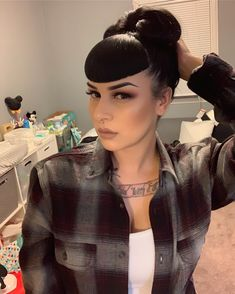 🌬🌪. #bettiebangs Rockabilly Bangs, Rockabilly Fashion, Rockabilly Girls, Rockabilly Style, Goth Girls, Pin Up Bangs, Pin Up Hair, Big Bangs, Vintage Hairstyles