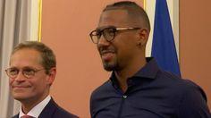Jérôme Boateng meldet sich mal wieder zu Wort! Diesmal geht's um Männer in Anzügen, dumme Fragen und natürlich das Schalke-Spiel. Mehr dazu in unseren Bundesliga-News: on.bild.de/2cePUG4