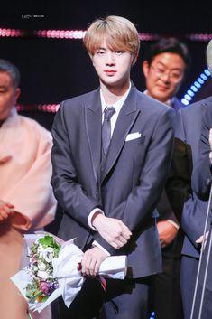 Netizens go crazy because BTS Jin looks more beautiful than the flowers Seokjin, Kdrama, I Love Bts, Worldwide Handsome, Bts Jin, Going Crazy, Jung Hoseok, South Korean Boy Band, Korean Singer