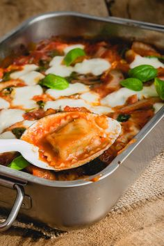 This ravioli casserole fits perfectly in the category quick recipes, quick vegetarian recipes, quick pasta recipes and quick oven recipes. Quick Pasta Recipes, Good Healthy Recipes, Veggie Recipes, Fast Recipes, Quick Vegetarian Meals, Diner Recipes, Snack, Italian Recipes, Food Inspiration