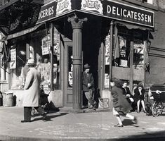 Life on the Lower East Side, New York, New York. Vintage Pictures, Old Pictures, Old Photos, Antique Photos, Vintage New York, New York Pictures, Old Paris, Lower East Side, Historical Photos
