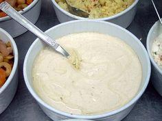 C'est LA sauce que l'on trouve au proche orient notamment en Israël d'où je vous ramène cette recette. Elle parfume les sandwiches comme les falafels ou les sabih et amène la petite touche qui change tout sur des légumes grillés (aubergines, patates douces). L'essayer c'est l'adopter. Elle est en plus hyper facile à faire.