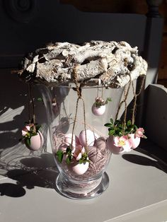 First time I've seen centrepiece done like this.a little bit different. Lots of Easter ideas. Not in English. Easter Flower Arrangements, Easter Flowers, Floral Arrangements, Easter Projects, Easter Crafts, Easter Ideas, Easter Table, Easter Eggs, Decor Crafts