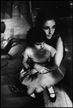Elizabeth Taylor and her daughter Liza Todd on the set of the film Becket. 1963. Photo : Eve Arnold
