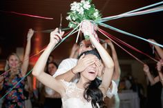em vez de jogar o buque, corta-se fitas! a ultima que sobrar fica com ele!!! Bear Wedding, Wedding Bride, Wedding Day, Wedding Activities, Wedding Games, Fishing Wedding, Henna Night, Bouquet Toss, Space Wedding