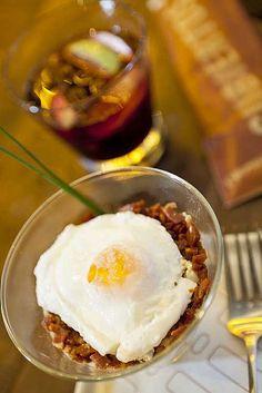 Huevo loco (ovo pochê com creme de batata e cubinhos de chorizo), prato do bar de tapas ¡VENGA! (Foto: Felipe Gombossy / Editora Globo)