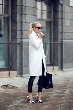 manteau beige long femme pantalon slim noir en cuir comment shabiller selon