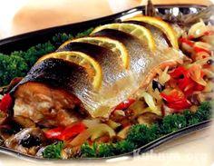 Запеченная рыбка с копченым сыром. Ингредиенты:- Скумбрия (можно форель)- Сыр копченый (колбасный)- Один лимон- Соль, перец по вкусу- Приправа …