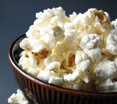 Como fazer Pipocas Doces  Veja mais em http://www.comofazer.org/culinaria/como-fazer-pipocas-doces/
