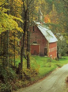 red barn in the woods Country Barns, Country Life, Country Roads, Country Living, Farm Barn, Old Farm, Country Scenes, Red Barns, Jolie Photo