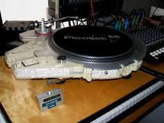 This is the 1977 Kenner Star Wars Millennium Falcon toy that was stuffed with the guts of a Technics turntable by Marco Garza. It makes the perfect record player for listening to John Williams' original Star Wars score. Toca Discos Technics, Millennium Falcon Toy, Platine Vinyle Thorens, Starwars, Cassette Vhs, Dj Decks, Technics Turntables, Creators Project, Sci Fi Ships