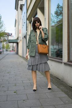 TREND-DUO | VOLANT TREND TRIFFT GINGHAM MUSTER - & other Stories Army Jacke, ADPT. T-Shirt, Mango Volantrock, Mango Henkeltasche, Chanel Slingback Pumps, Ray-Ban Round Metal Sonnenbrille