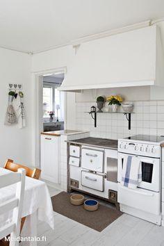 Keittiön puuhella ja huuva ovat alkuperäiset. Myös hellan yläpuolella oleva lasihylly muistuttaa talon vanhasta ilmeestä.