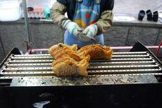 Món bánh ngọt đổ trong khuôn hình cá với nhân bên trong là đậu đỏ cũng rất phổ biến trên các con phố ở thủ đô Seoul, Hàn Quốc.