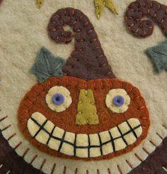 Boo Halloween Cats & Pumpkins Penny Rug/Candle by pennylaneprims Halloween Quilts, Halloween Applique, Halloween Boo, Halloween Crafts, Halloween Sewing Projects, Halloween Humor, Halloween Embroidery, Halloween Patterns, Halloween Christmas