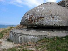 Museo y búnkeres nazis de la 10ª Batería en Hirtshals  Como parte de la Muralla del Atlántico en Dinamarca, la localidad de Hirtshals fue dotada por los nazis con un importante complejo de más de 50 búnkeres (incluyendo los del tipo Tobruk, que eran para 1 ó 2 soldados), refugios antiaéreos y una estación de radar. El complejo siguió en uso por el ejército danés transcurrida la Segunda Guerra Mundial, para posteriormente pasar a considerarse monumento englobados bajo el museo de la ciudad.