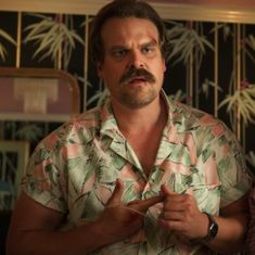 People Are REALLY Loving Jim Hopper's Hawaiian Shirt on Stranger Things Season 3 Die Leute lieben Jim Hoppers Hawaii-Trikot in der dritten Staffel von Stranger Things Stranger Things Characters, Stranger Things Quote, Stranger Things Aesthetic, Stranger Things Season 3, Stranger Things Netflix, Bobby, Are You Not Entertained, Film Serie, Cultura Pop